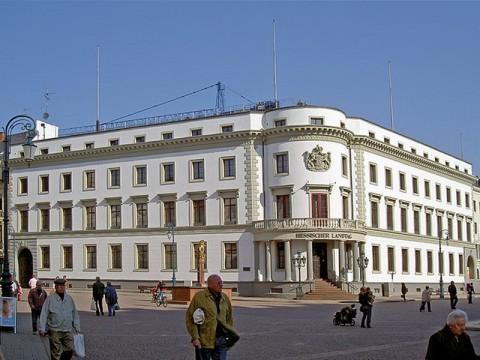 Blick über den Schloßplatz auf das herzoglich-nassauische Stadtschloss, dem Sitz des Hessischen Landtags vom 2. April 2005. Bild von Heidas(Wikipedia).
