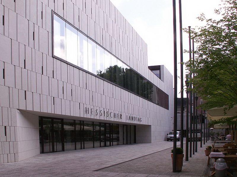 Hessischer Landtag nach langem Umbau mit neuem Eingang von der Grabenstraße Fertigstellung im Jahr 2008. Bild von Wolfgang Pehlemann(Wikipedia).